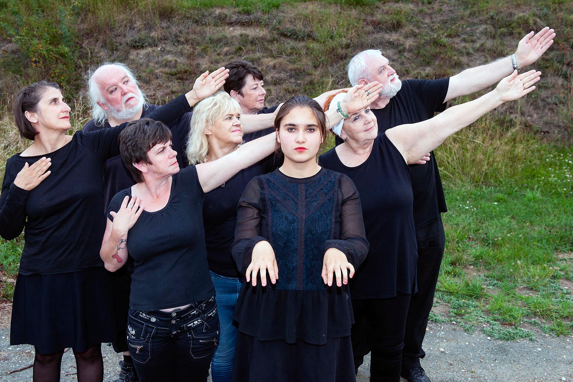 """Von Menschen und Fischen: Die Mitwirkenden der von dem Berliner Künstler Ron Agenant geleiteten Pantomimewerkstatt """"es ist zeit für... TICKING IN MY HEAD"""" zeigen zum Sommerfest Ausschnitte aus ihrer Aufführung."""