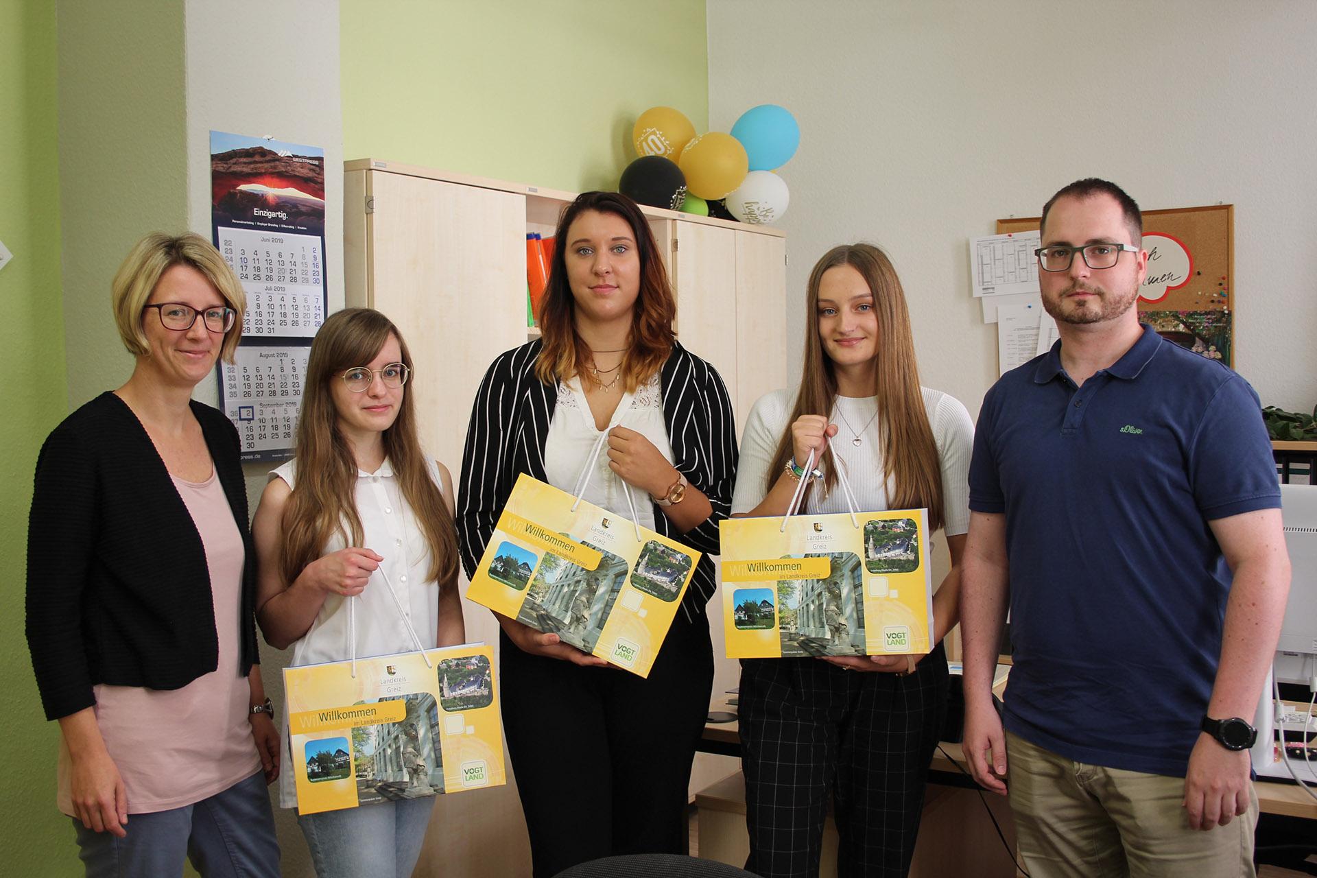 Personalamtsleiterin Nadine Großmann (l.) und Patrick Krauß begrüßten die neuen Beamtenanwärter (v. l.) Jessica Neumann, Maria Sophie Krügel und Kira Vielmuth.
