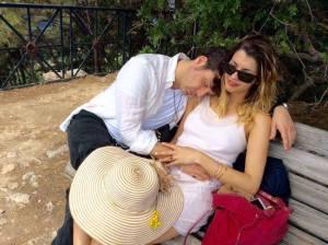 Uno scatto romantico. Vincenzo Bocciarelli e Claudia Conte colti durante un momento di tenerezza nell'isola di Capri