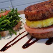Knödel Burger mit Leberkäse und Ei