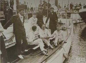 """Virginie HERIOT et l'équipage des Jeux Olympiques d'Amsterdam en 1928 sur le 8mJI """"AILE VI"""" Collection Société des Régates du Havre"""