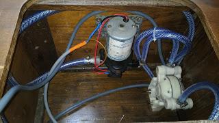 Voilier first 32 Tomiak - circuit d'eau douce pompe groupe eau