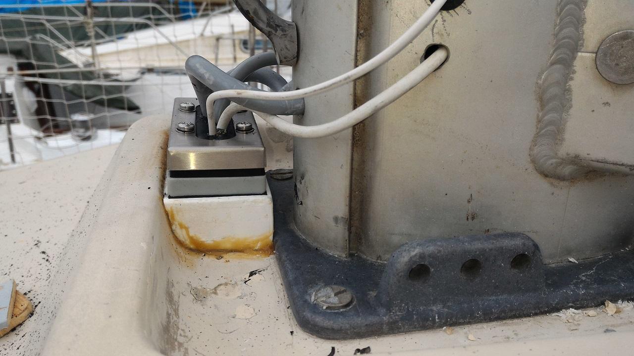 Pose d'un passe-câble étanche sur le pont
