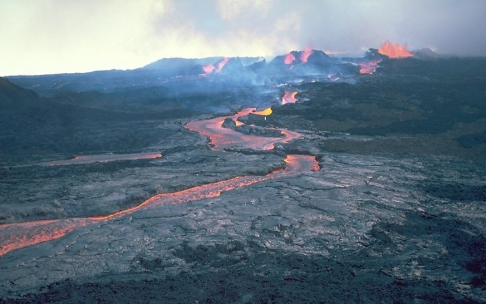 Effusive a'aa lava flow from the 1984 eruption of Mauna Loa (WikiMedia)