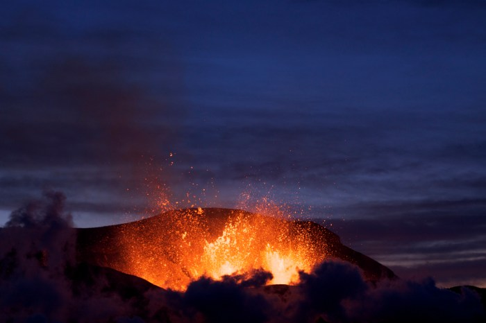 Fímmvörduhals strombolian eruption prior to the plinian eruption of Eyjafjallajökull. Wikimedia Commons, photograph by Boaworm.