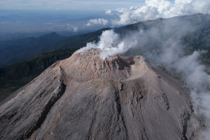 The lava dome at the summit of Volcán de Colima in September 2009. The dome was destroyed by repeated explosions as activity recommenced in 2013. (Wikimedia Commons)