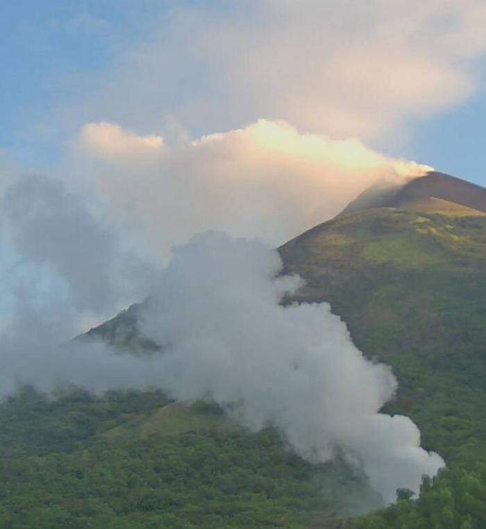 Momotombo venting from summit and a fumarole on its SE flank on September 17th (Momotombo 3 webcam, INETER)