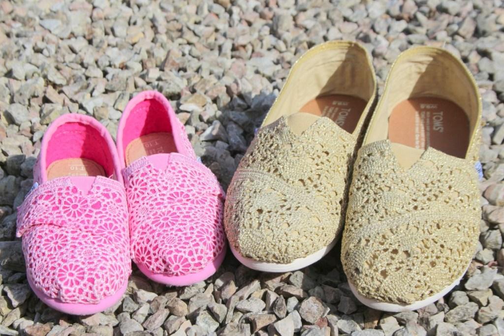 852a10a5326 Twinnen met TOMS schoenen voor moeder en dochter