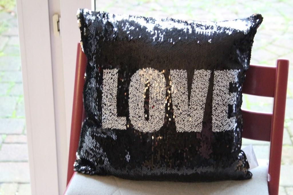 love-kussen-pailletten-valentijnsdag-grappig-kado