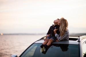 kind-slapen-in-auto-vakantie-reis