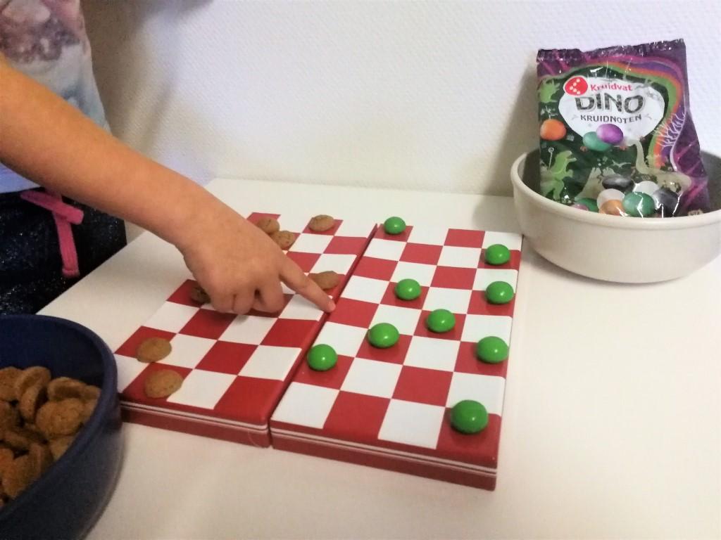 spelletjes met pepernoten - kruidnoten dammen