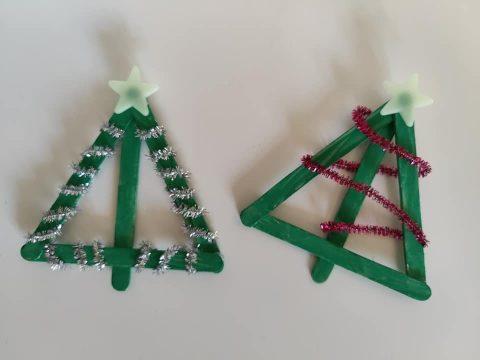 Kerstbomen knutselen met ijsstokjes