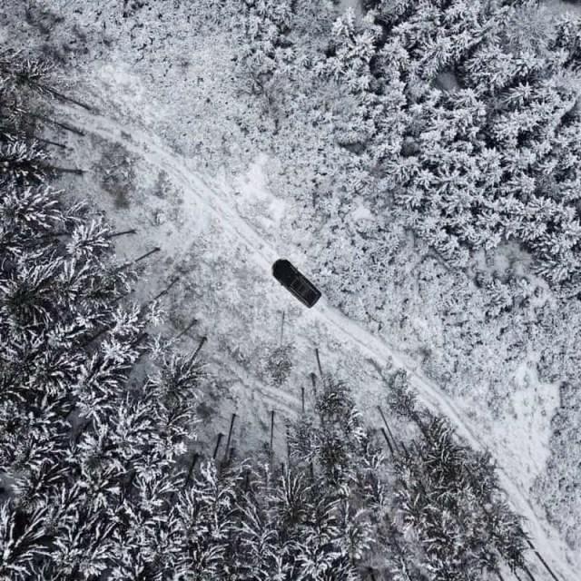 Drohnenfotografie: Verschneite Straße im Winter