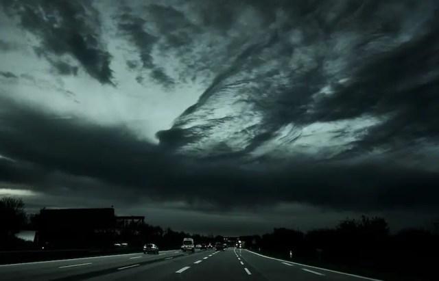Dunkle Gewitterwolken auf der Autobahn