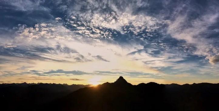 Wolkenschafe in den Bergen im Sonnenuntergang