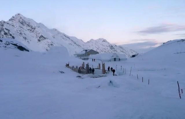 Bau des Eishotels am Bulea See - Rumänien