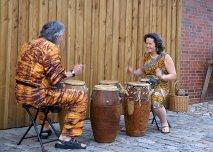Duo Abena-Kojo trommelt vor Mühlenscheune