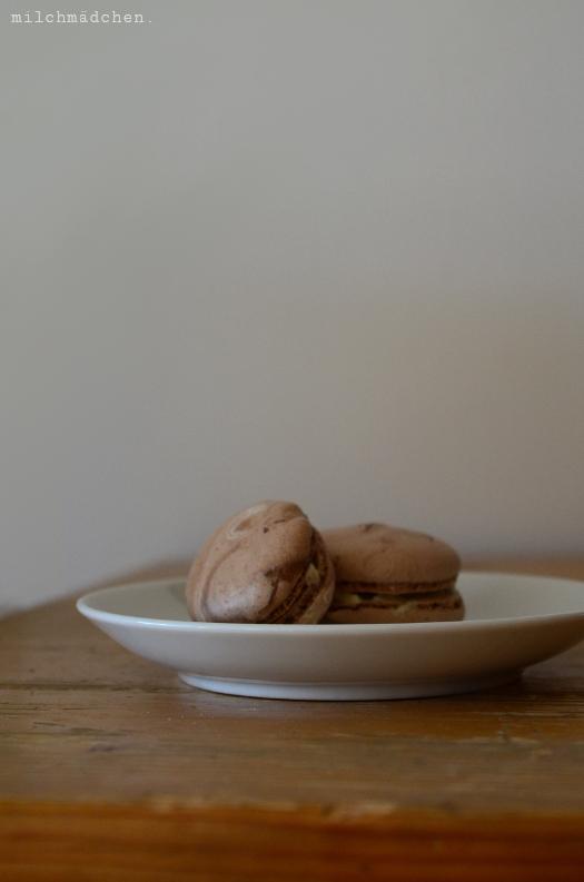 Schokoladenmacarons mit Vanillebuttercreme   milchmädchen.