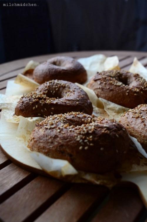 Pumpernickel Bagels mit Sauerteig | milchmädchen.