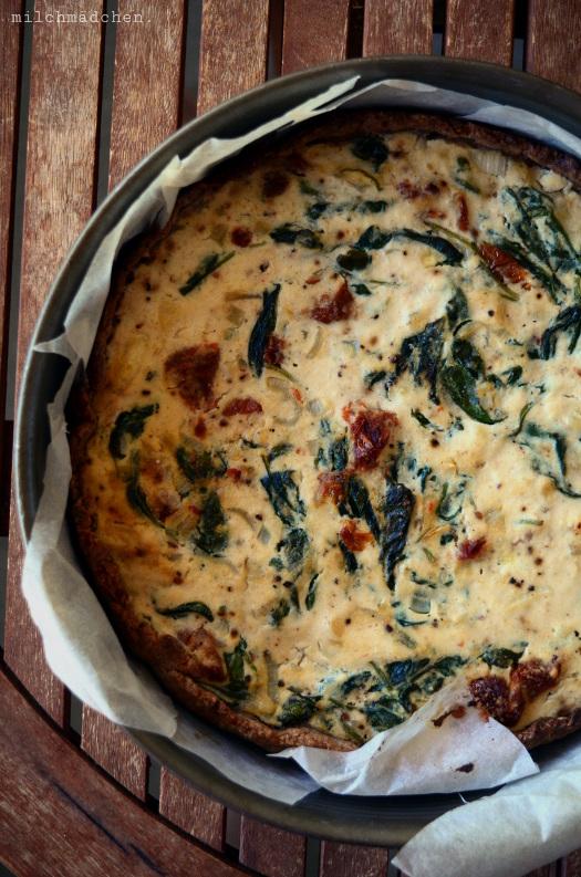 Vegane Tomaten-Spinat-Quiche mit Sauerteigboden | milchmädchen.