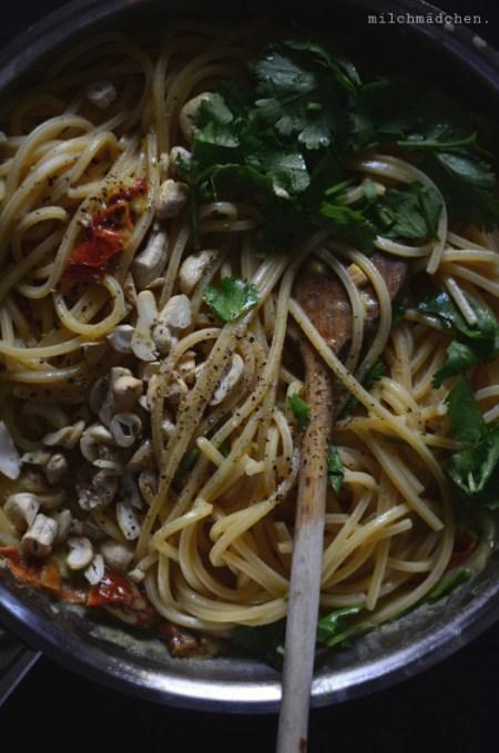 Spaghetti mit Getrockneten Tomaten, Kokosmilch & Curry | milchmädchen.