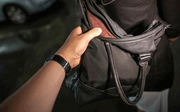 """З шафи у магазині """"секонд-хенду"""" у жінки вкрали сумку з грошима та  документами 2327bb5642c93"""