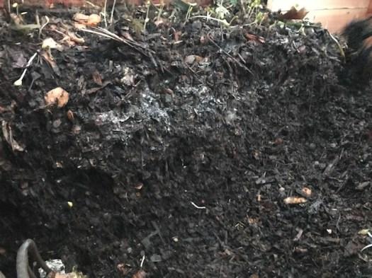 Les couches de compost du bac de collecte