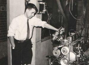 Per Gillbrand beskådar världens första B18-motor under utprovningarna.