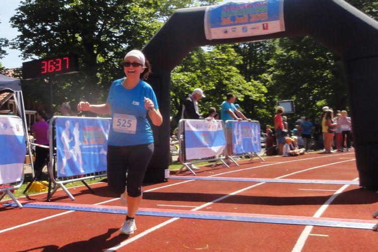 Foto von Alexandra von Knobloch die durchs Ziel läuft