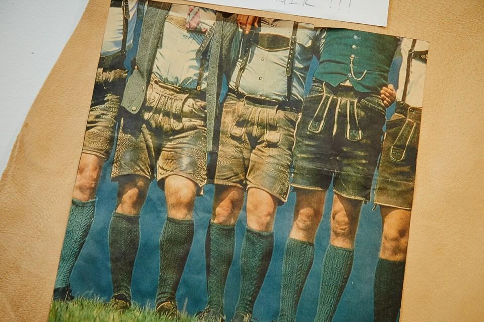 VONsociety: Foto von 5 Männern in Lederhosen aus Hirschleder. Es sind die Köpfe der Männer abgeschnitten. Alle tragen dunkelgrüne Stutzen