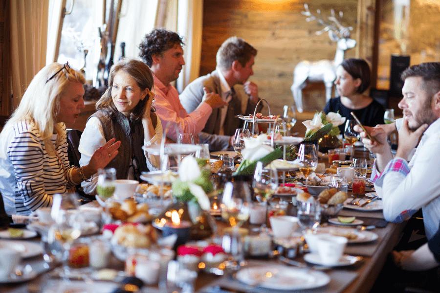 VONsociety: Erstverkostung Dom Pérignon P2 2000,Gäste beim Frühstück in der Hahnenkamm Lodge