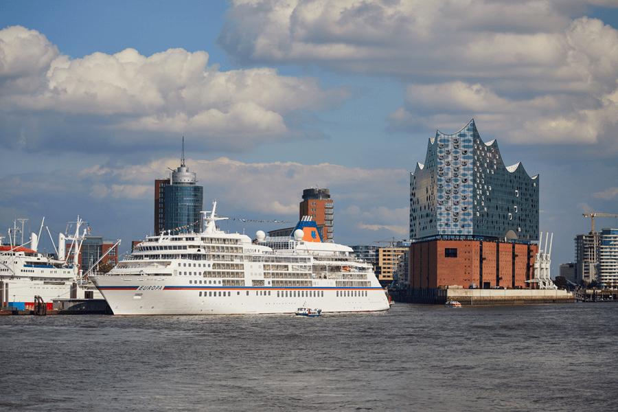 VONsociety: EUROPAs Beste, EUROPA im Hamburger Hafen, im Hintergrund die Elbphilharmonie