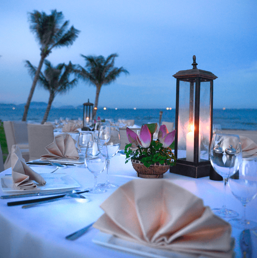 VONsociety: The Anam, Dinner am Strand © The Anam