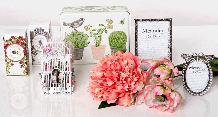 VONsociety: Muttertagsgeschenke aus der Vermischten Warenhandlung: Handcreme, Blechdose mit floralem Muster, Pfingstrose und Tulpen aus Seide, Bilderrahmen mit Strassteinen