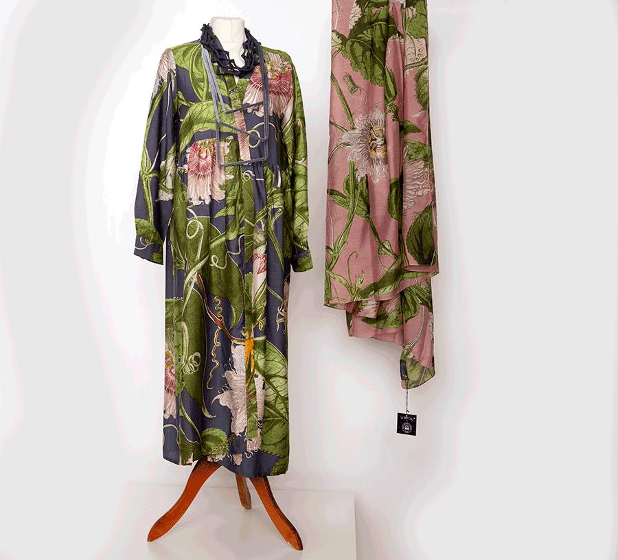 VONsociety: Kleiderpuppe mit bedruckten Kleid in Grün, Rose und Graublau, dazu passend bedruckter Baumwollschal
