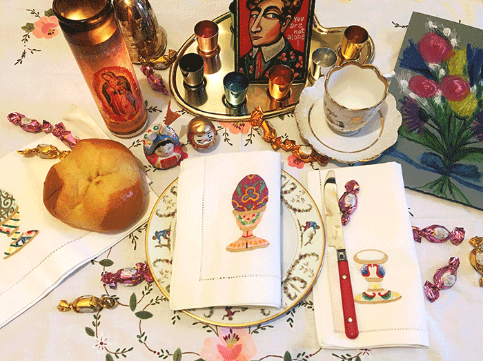 """VONsociety: Ostertisch der Künstlerin Mari Otzberg mit Tasse vom Flohmarkt, Osterserviette aus Paris, Osterpinze, und einer von ihr gefertigten Blumenzeichnung einer Karte mit der Aufschrift """"you are not alone""""."""