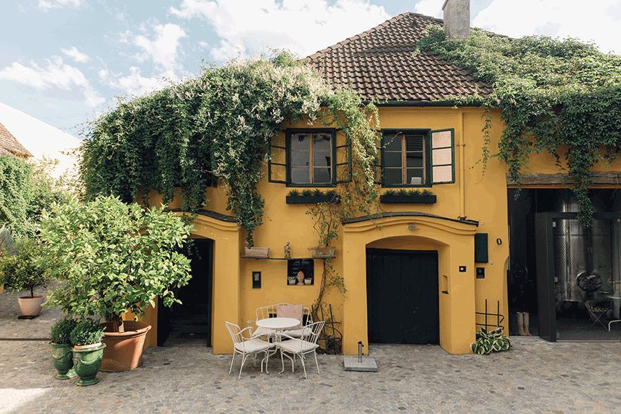 VONsociety: Außenansicht des 400 Jahre alten Weinkellers des Weinguts Ebner-Ebenauer © Maximilian Salzer