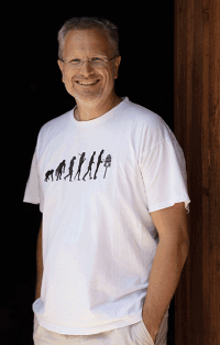 VONsociety: Portraitaufnahme von MIËLO Gründer und Imker Dr. Ernst Brandl