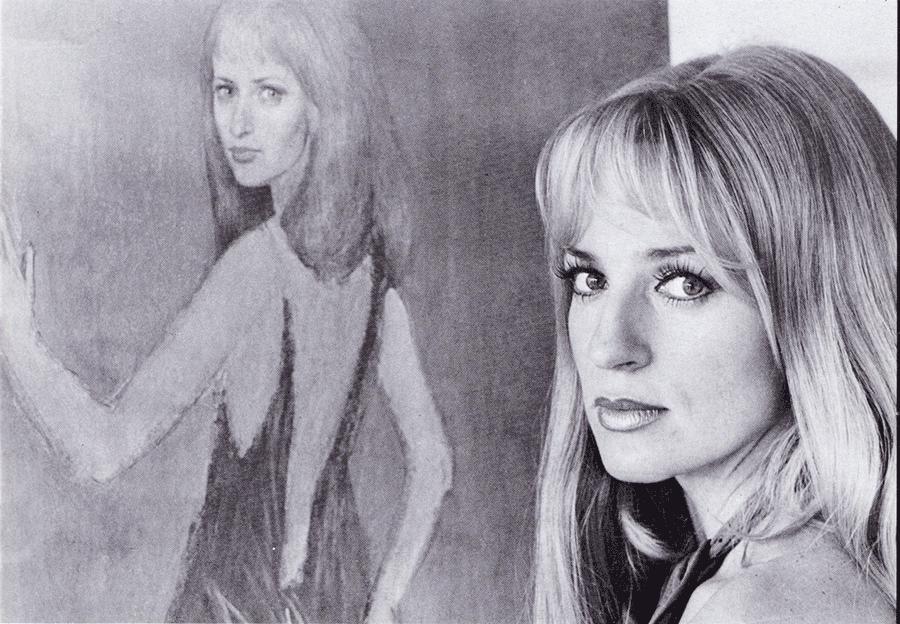 VONsociety: Portraitaufnahme von Dagmar Koller, schwarz-weiß, sie ist im Halbprofil rechts im Bild zu sehen. Im Hintergrund ein Bild von ihr, das Ernst Fuchs gemalt hat