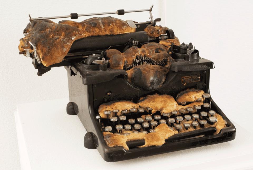 VONsociety: Brotteigobjekt von Daniel Spoerri. Zu sehen ist eine alte Schreibmaschine, die mit Brotteig gefüllt wurde