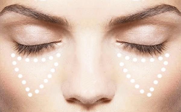 Aplicar el corrector debajo de tus ojos para un maquillaje natural