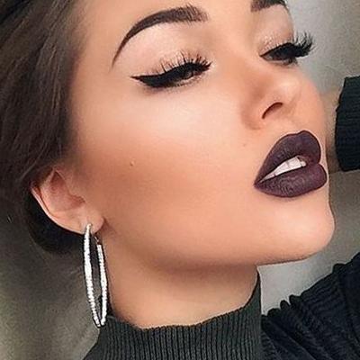 maquillaje de ojos con cat eye discreto y labios oscuros