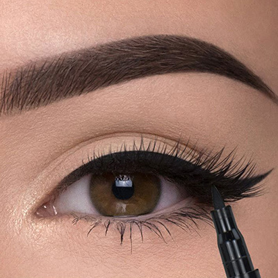 maquillaje de ojos con cat eye dramático