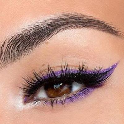 maquillaje de ojos con delineado en color morado