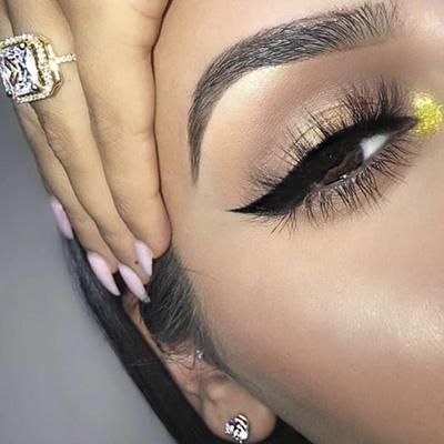 maquillaje de ojos con cejas perfectas, pestañas postizas y delineado cat eye