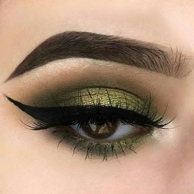 maquillaje de ojos en tonos verdes y dorados