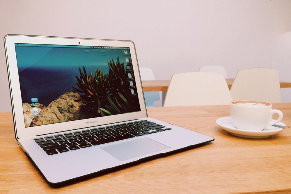 laptop kaffee unterwegs sicher surfen
