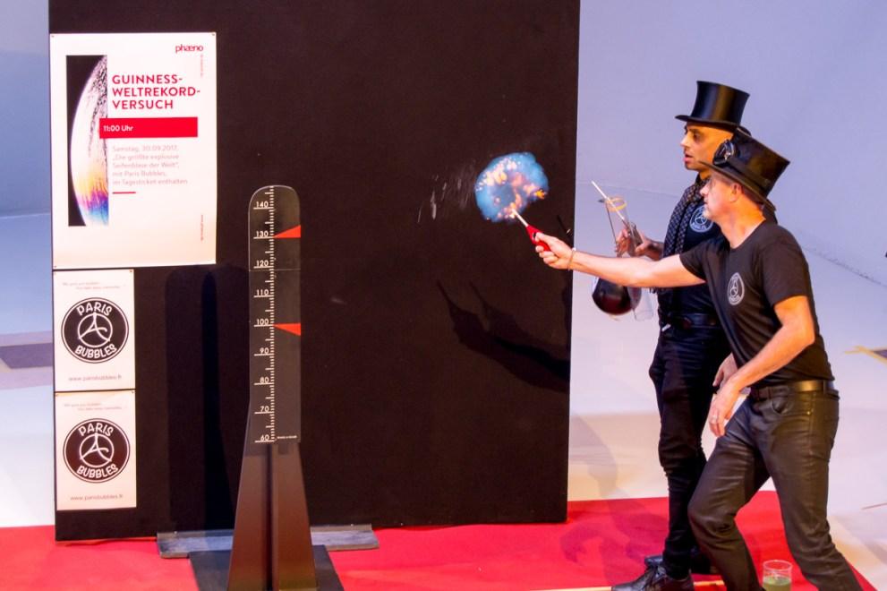 explosive seifenblase weltrekordversuch paris bubbles