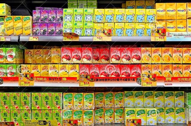 pacotes-do-suco-de-fruto-de-aspetic-no-supermercado-33701757 (1)
