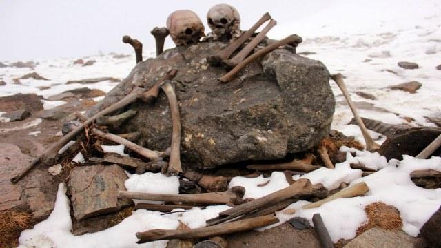 Lago dos Esqueletos, Roopkund, Índia